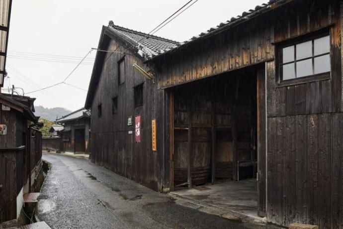 One of the oldest warehouses in Shodishima. Though the structure was built 100 years ago, the age of the shou sugi ban cladding is unknown. Photo by https://www.axismag.jp
